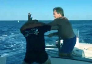 Un homme veut se battre avec le conducteur d'un bateau