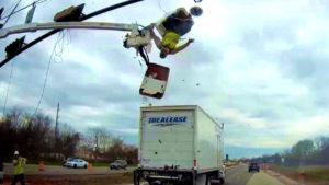camion-percute-nacelle-elevatrice